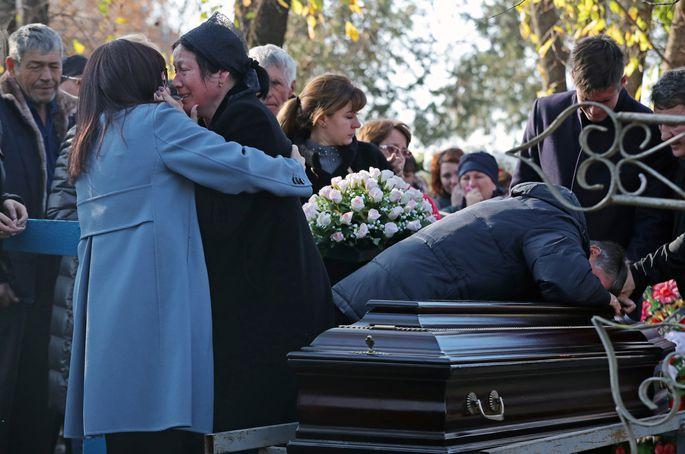 «Хоронили в закрытом гробу»: Отец Ещенко не сдерживал слез. На прощании люди рыдали и бились в истерике