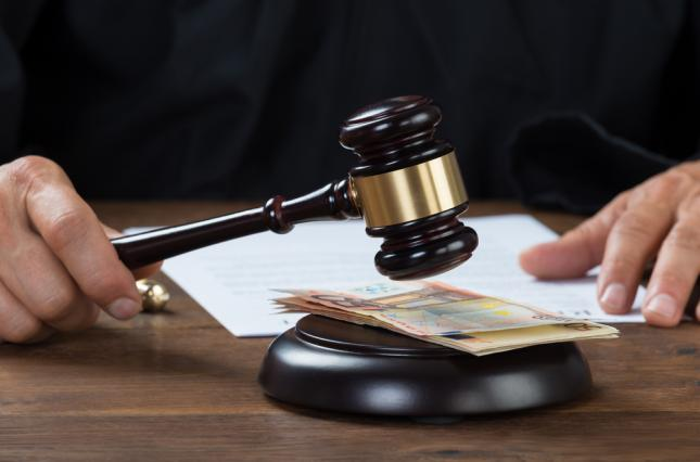 Разоблачили на горячем! В Сумах судья попался на получении взятки. Спрятал в банке!