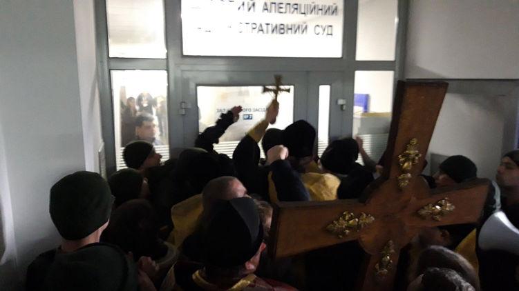 Штурм апелляционного суда в Киеве. Массовая драка и слезоточивый газ. «Сначала хотели по-человечески»