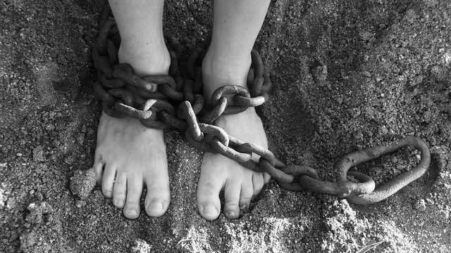 «Хотел сделать их рабами»: иностранец пытался вывезти украинок за границу для «особой» работы