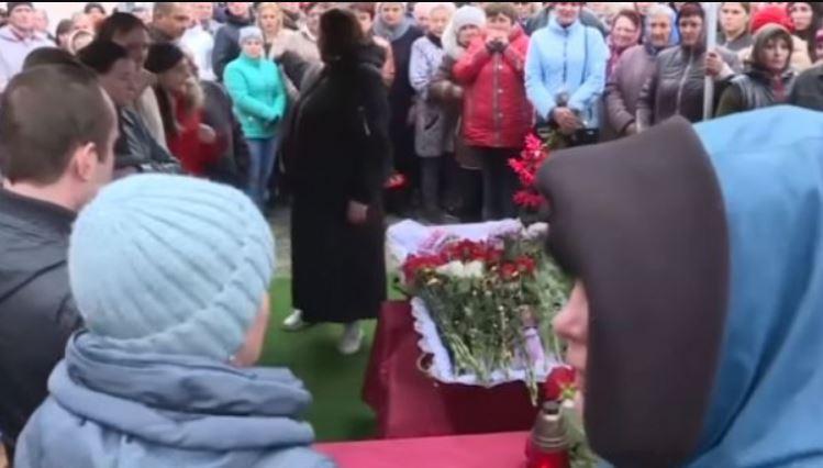 «Встань на колени перед гробом, проси прощения» Прощание с жестоко убитой 5-летней Дашей закончилось скандалом