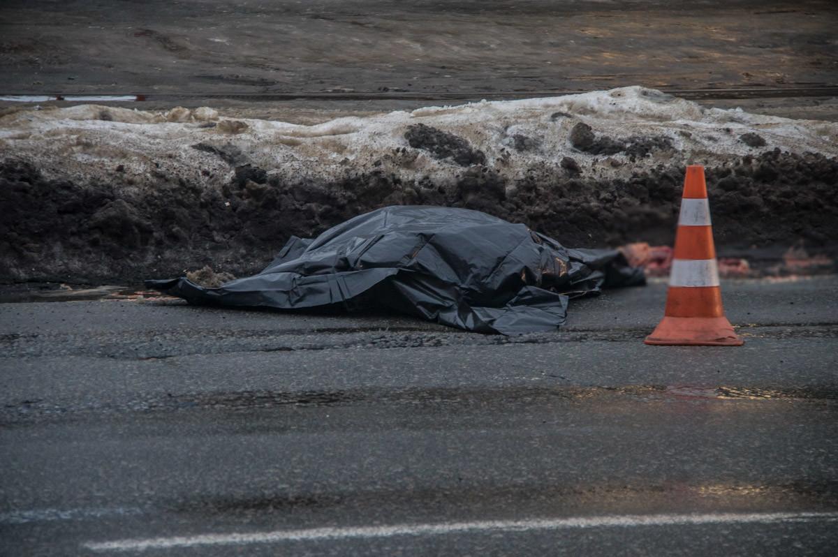 Смерть на дороге! В Киеве грузовик переехал пенсионерку. «Протянул на 30-40 метров»