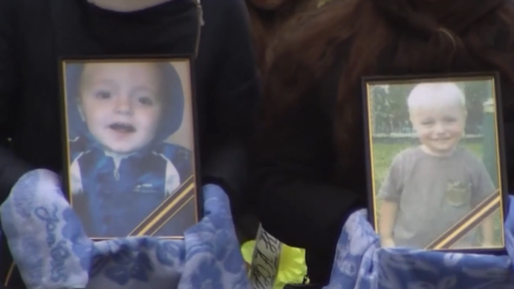 «Мать бросается на гроб, кричит, воет»: в Черкасской области простились с погибшими братьями. Страшная смерть!