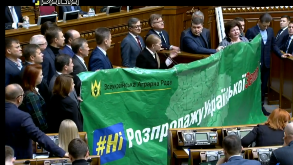 «Истерическое перекрикивание и суета»: Тимошенко с депутатами заблокировала трибуну в Раде. Пошла против Зеленского?