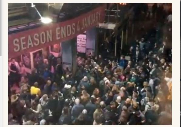 Молили о помощи, давясь слезами! Более тысячи людей чуть не похоронили заживо в театре. Началась всеобщая паника