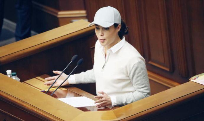 «Это ВР, а не ипподром»: Наталья Королевская насмешила Сеть своим образом в Раде. Куда так оделась?