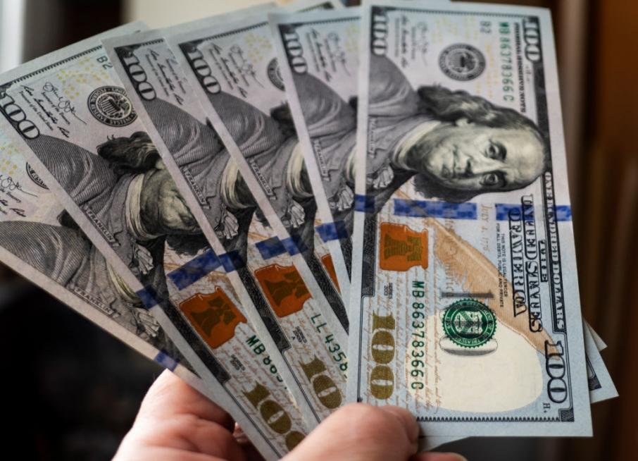 Из последних сил: доллар потерпел фатальное «поражение» против гривни. Сразу несколько позиций