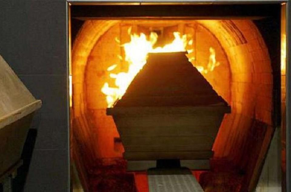Родственники пытались спасти: женщина очнулась во время кремации. Жуткие подробности