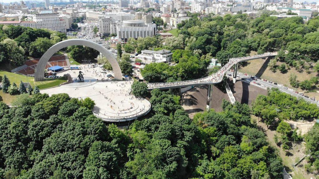 «Всем бы такой любви»: В столице безудержную парочку застукали за «этим» занятием прямо на мосту