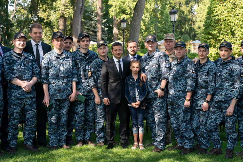 Фантастически красивые молодые. Освобожденный из плена моряк женился. Украинцы не сдерживают слез