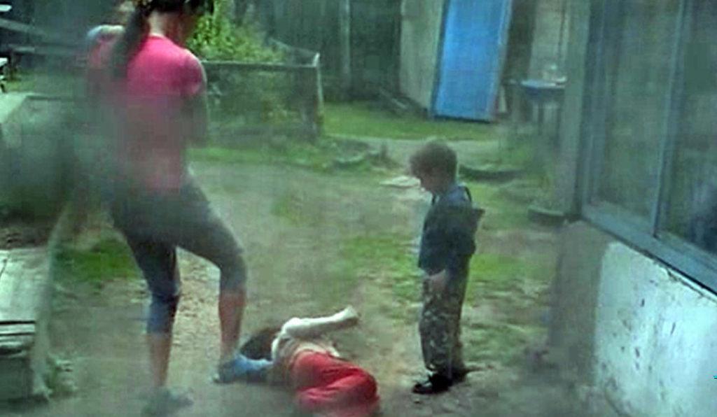 «Передвигается на четвереньках и не умеет разговаривать»: Мать продавала 12-летнюю дочь педофилам за бутылку