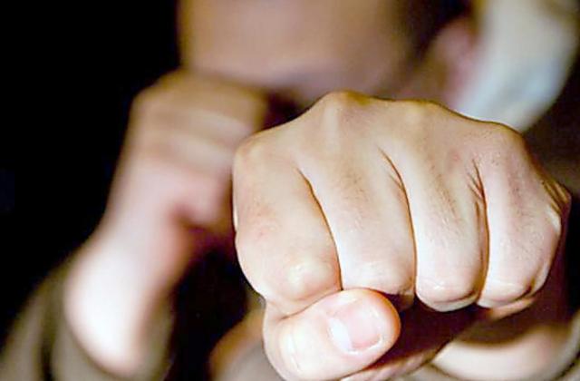 Повестка в руки — кулаком в зубы! Во Львове учинили жестокую расправу над работником военкомата. На это страшно смотреть!