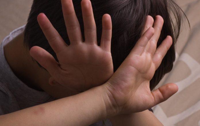 «Били кулаками, плевали в лицо»: группа девушек жестоко расправилась со школьницей в Харькове. Никто не спас!