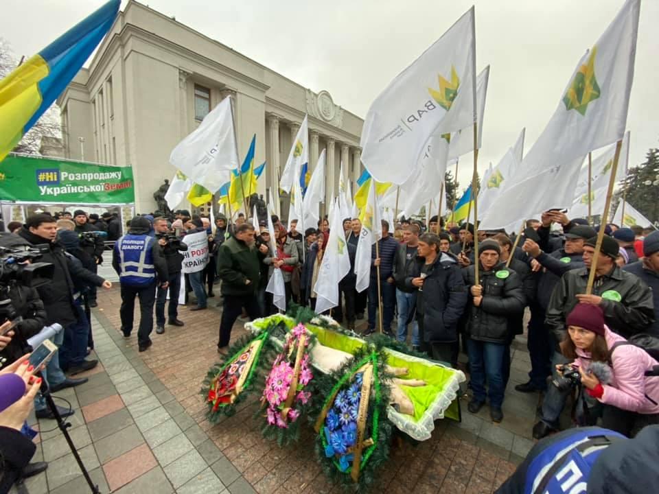 Ничего святого не осталось! Активисты принесли под Верховную Раду мертвую свинью в гробу