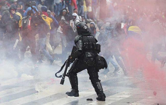 «Применили слезоточивый газ и водометы»: Страну накрыли масштабные протесты. Поджигают баррикады, громят остановки