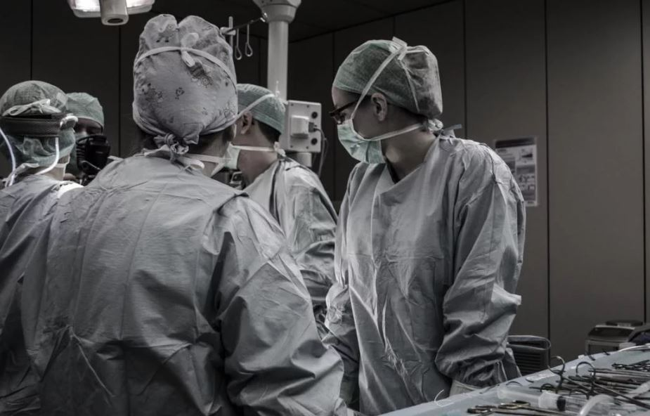 «Пациентам вводили смертельный наркоз»: На Днепропетровщине в больнице произошло жуткое ЧП. Скончалась на больничной койке