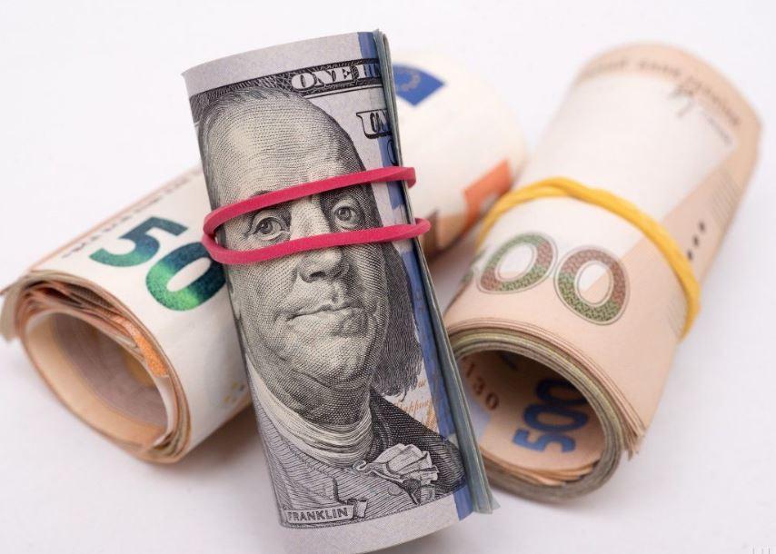 Держится на самом низком уровне: курс доллара продолжает удивлять украинцев. Чего ждать дальше?