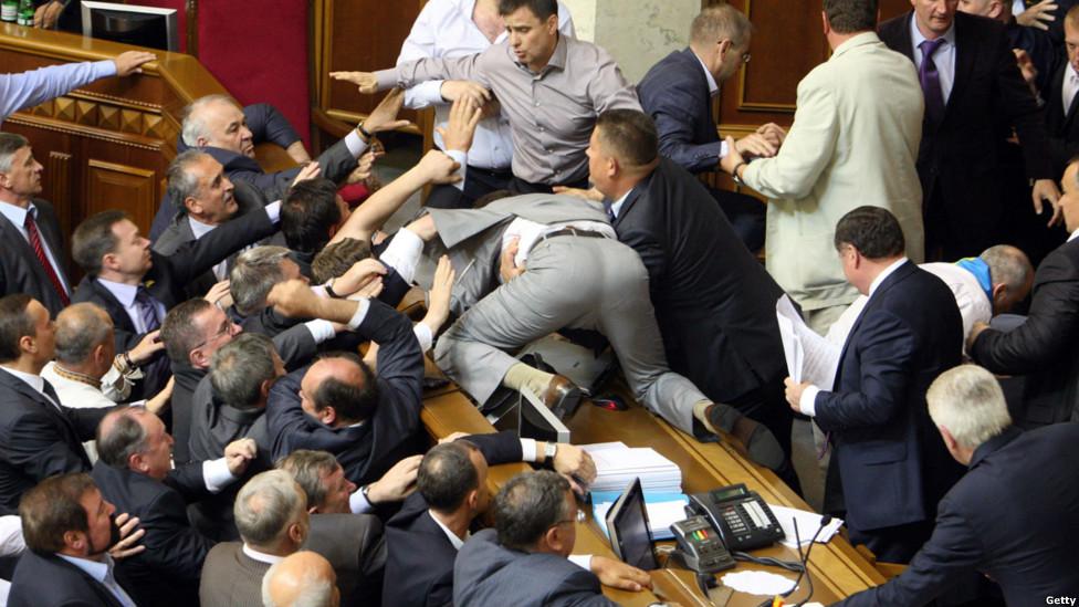 «Такого махача давно не было»: В Раде депутаты устроили массовую драку. Там творилось просто немыслимое!