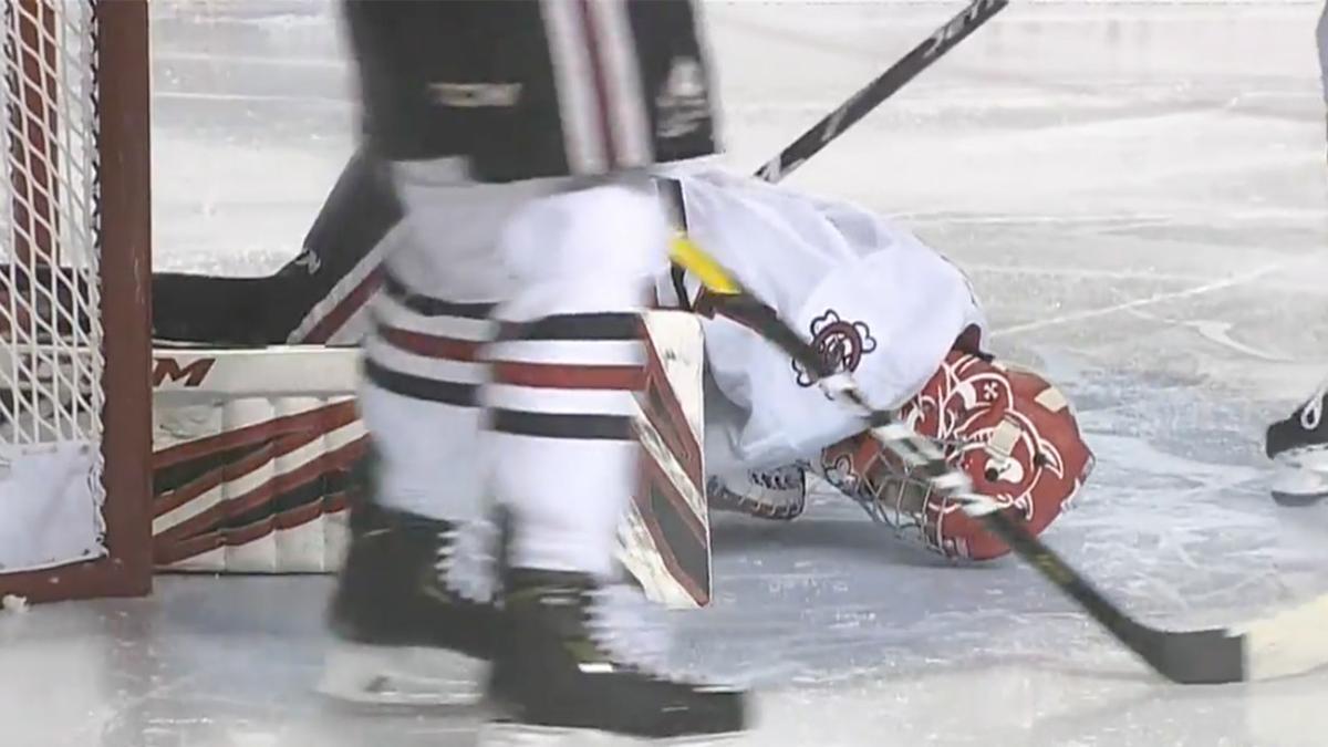Не могли остановить кровотечение: во время игры хоккеист лезвием конька разрезал ногу вратарю. Подробности инцидента