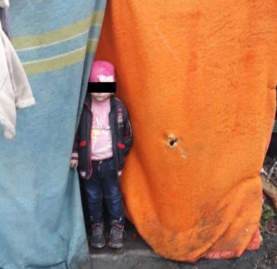 «Шатер  из тряпок, железная миска и …»: В Одессе маленькая девочка жила на улице в ужасных условиях