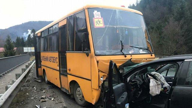 «Вез детей в школу»: под Киевом авто влетело в школьный автобус. Есть пострадавшие