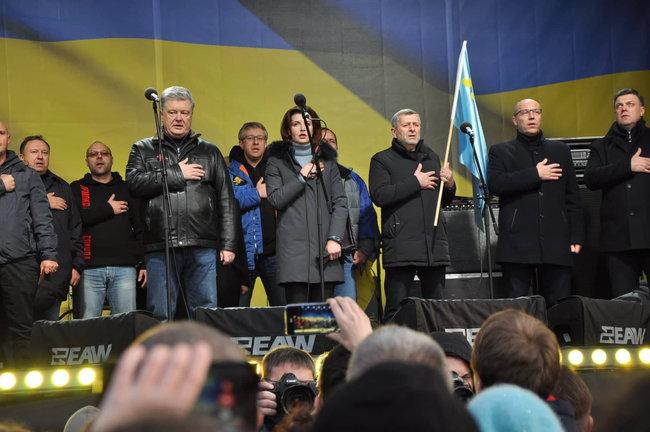«А ну, поймайте его»: Во время вече на Майдане Порошенко забросали яйцами. Мужчину задержали