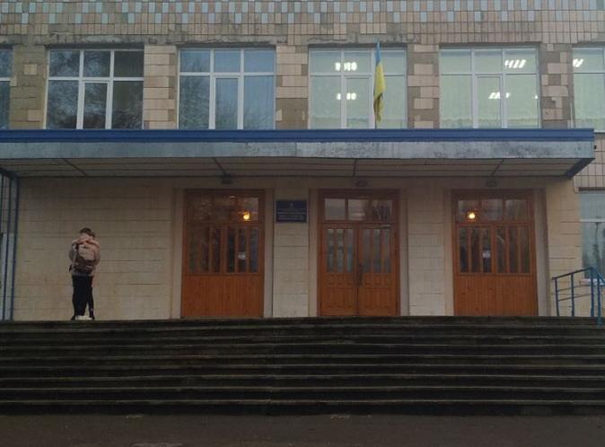 «Директор лично нес на руках»: В ровенской школе внезапно умерла школьница. «На глазах у одноклассников»