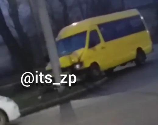 «Потерял управление и врезался в столб»: Водитель автобуса неожиданно умер во время движения