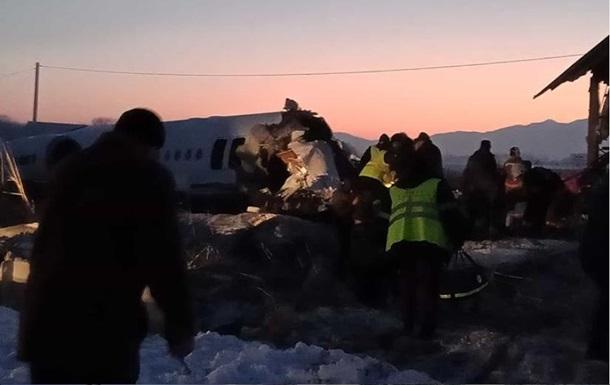 «Весь салон был в крови»: На борту разбившегося в самолета находились украинцы. Он врезался в дом