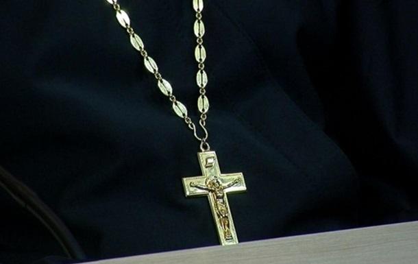 «Вонзил ему крест в горло»: Юноша жестоко убил священника-педофила. Был его жертвой