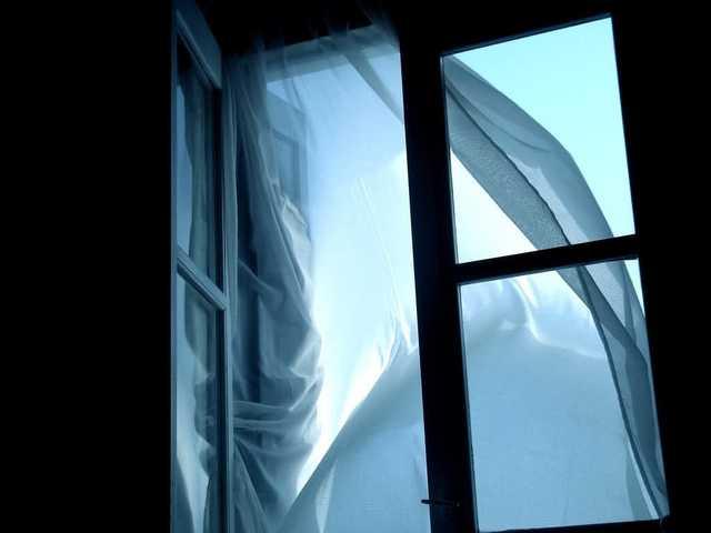 «Еще дышал в карете «Скорой»»: 11-летний мальчик выпрыгнул с 9 этажа из-за уроков. Кто виноват в смерти ребенка?