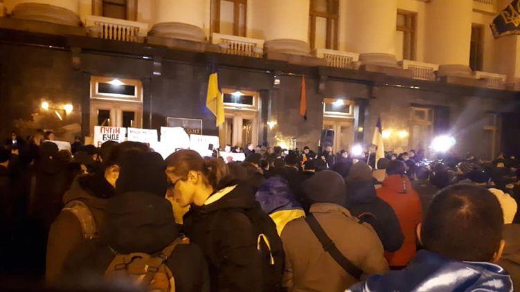 «А Парубия и Порошенко не будет?»: Как проходит акция протеста возле Офиса президента. Нацкорпус и первые столкновения