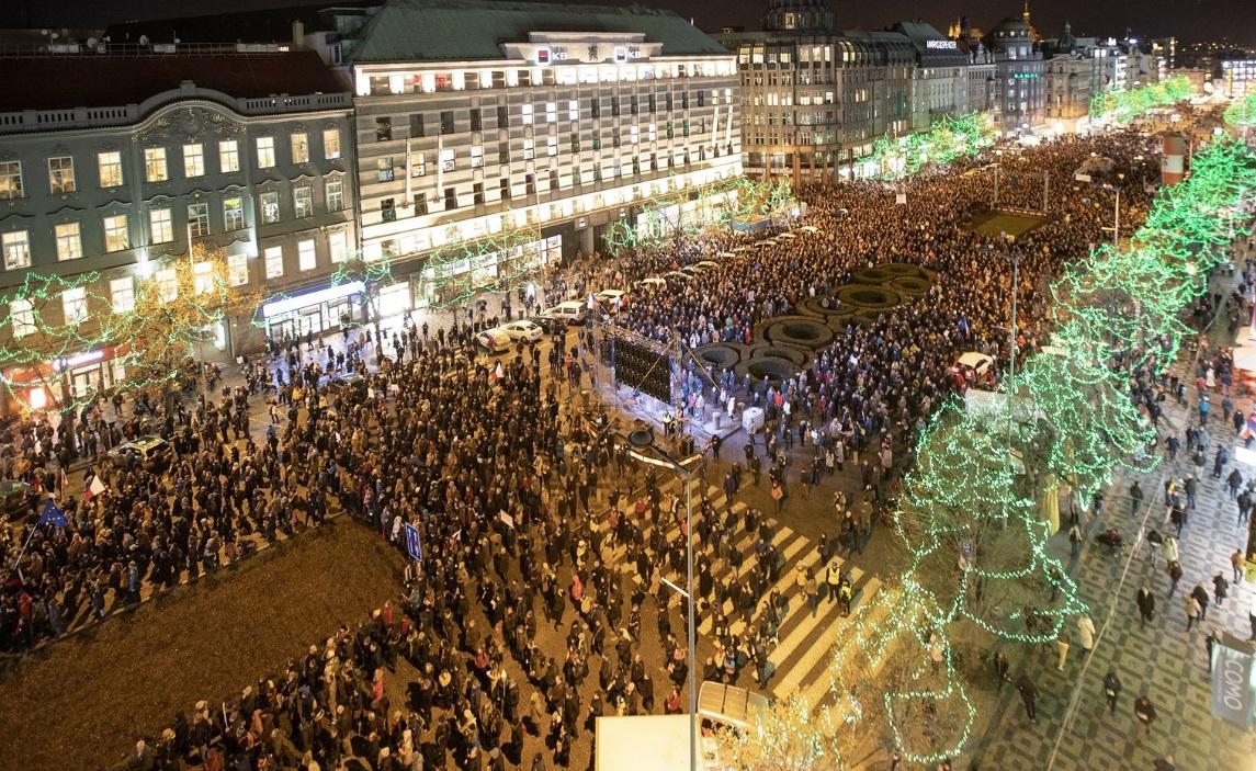 «С нас хватит!» Тысячи людей в центре столицы требуют отставки премьера. «Мошенник и лжец!»