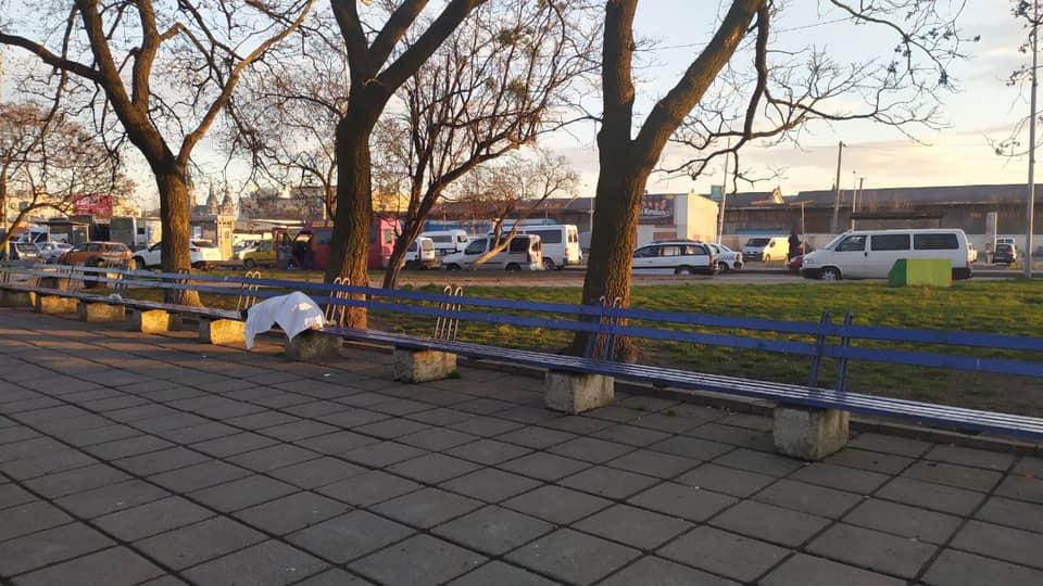 «Заснул и умер»: во Львове в толпе у вокзала нашли труп мужчины. Загадочная смерть.