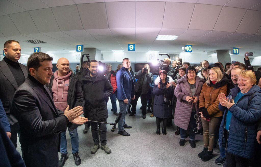 «Сильно нервничает и переживает»: Зеленский прибыл в аэропорт встречать освобожденных пленных. Общается с родными