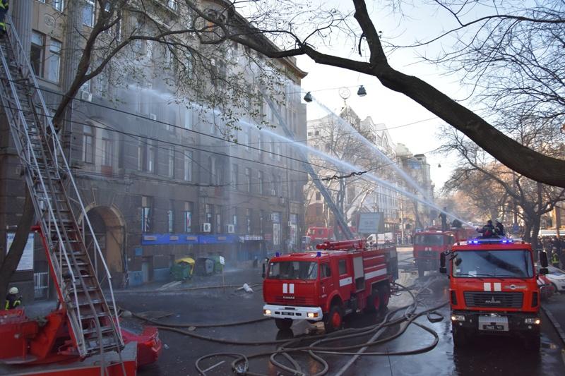 «Люди в панике»: Одессу всколыхнул еще один пожар. «У пожарных были порваны шланги для тушения»
