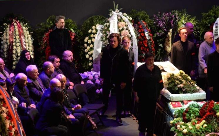 С Пугачевой перед похоронами Волчек произошло несчастье: Примадонна в тяжелом состоянии. Дети плачут без остановки