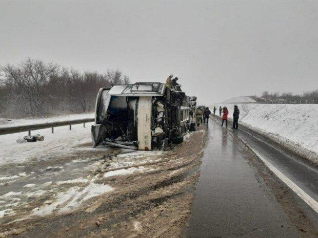 Зима атакует! Украинские семьи попали в снежную ловушку. Автобус разбился в ужасном ДТП