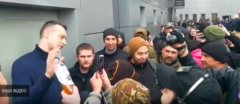 «Избивали ногами и облили мочой»: На суде по делу Шеремета над Кузьменко жестко напали на журналиста. Детали