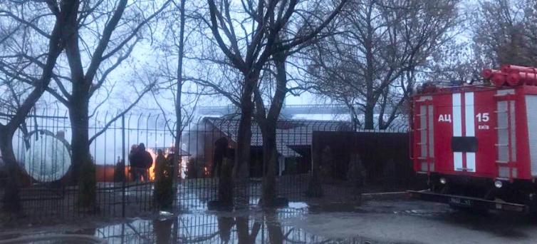 Окруженные огнем: Спасатели в Киеве штурмуют масштабный пожар. Там еще есть люди!
