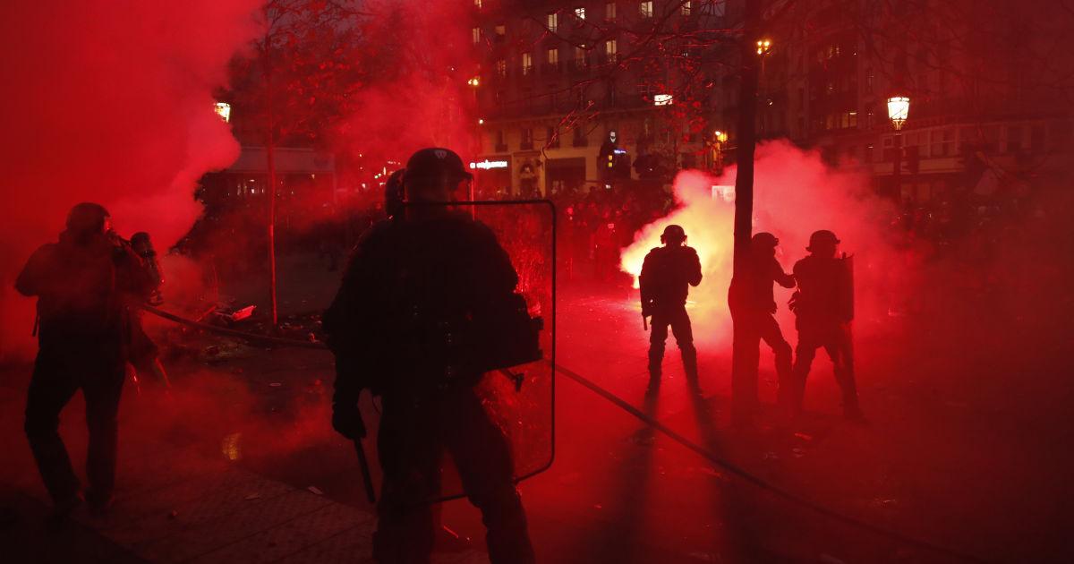 «Разбитые витрины, заблокированы дороги, пожарища на обочинах»: Протест десятилетия всколыхнул страну