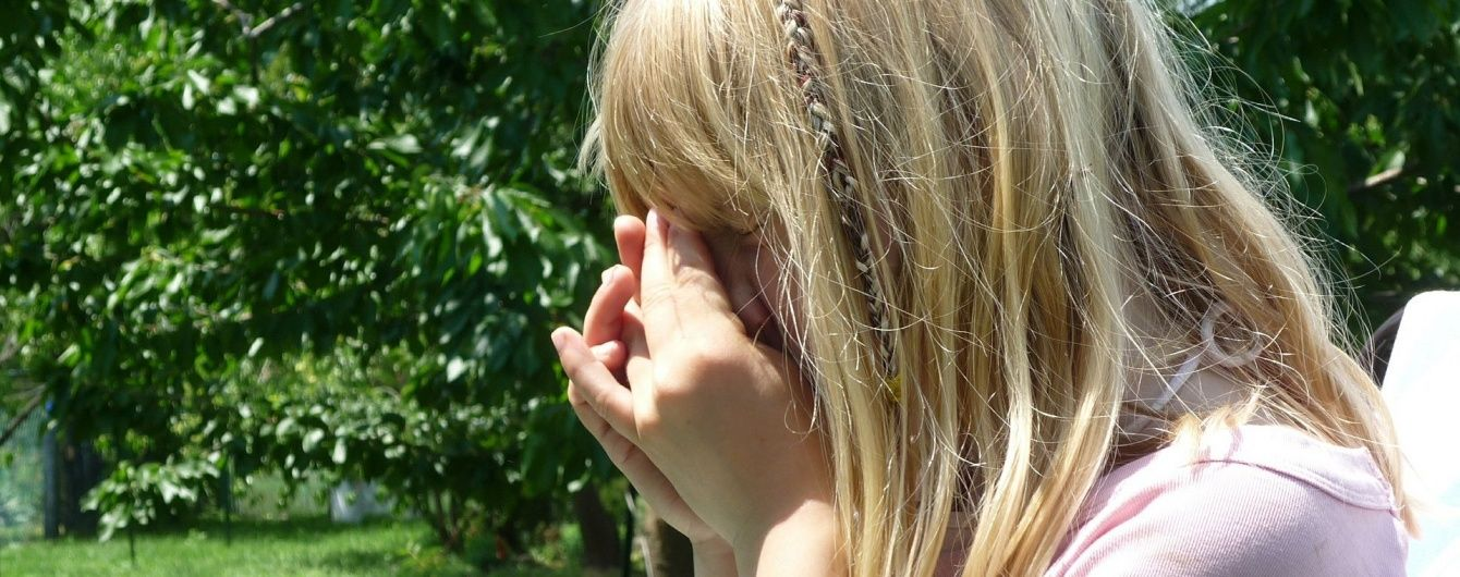«Плачущая, вся в крови и синяках»: С 7-летней девочкой произошла страшная беда. Мать недосмотрела