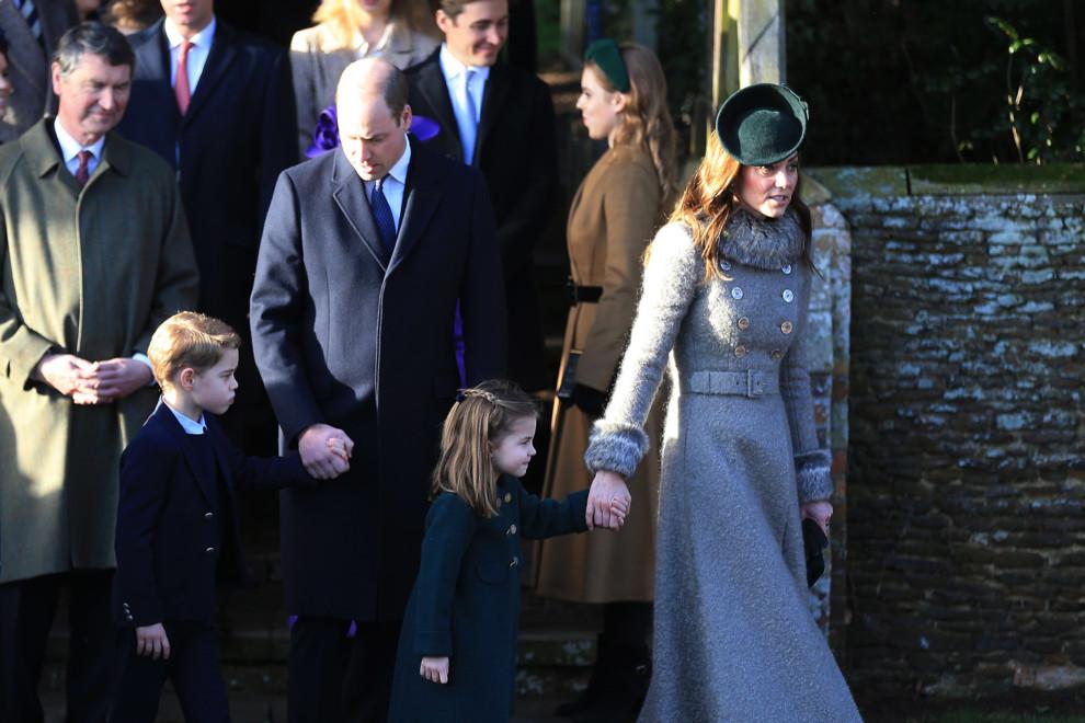 Великобритания гудит! Королевская семья ошеломила всех на Рождественской службе. Поклонники в восторге!