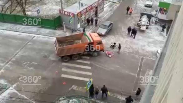 Жуткая авария в России: Грузовик влетел в бабушку с детьми. Много крови