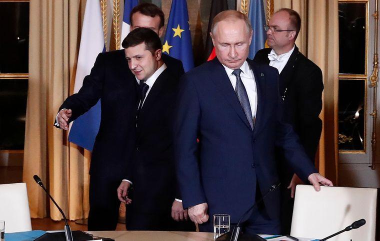 «Они там кричат, гудят». Зеленский из Парижа жестко высказался об акциях на Банковой. Уже жалеет