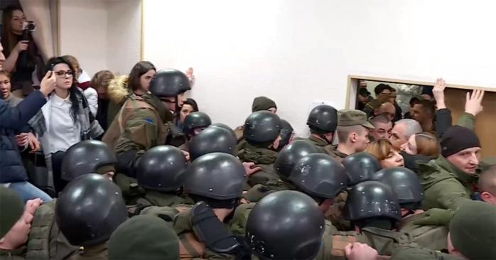 Жестокая схватка между людьми: подозреваемую в деле Шеремета вывели из заседания. Десятки силовиков в зале суда