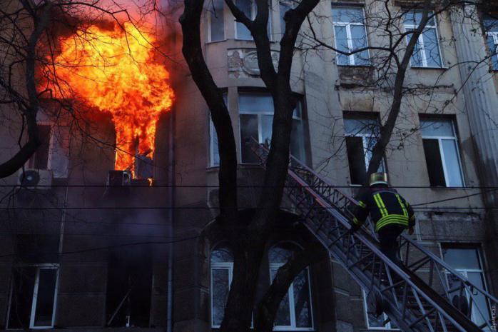 Без смертей не обошлось: из-за пожара в Одессе умерла женщина. Число жертв растет