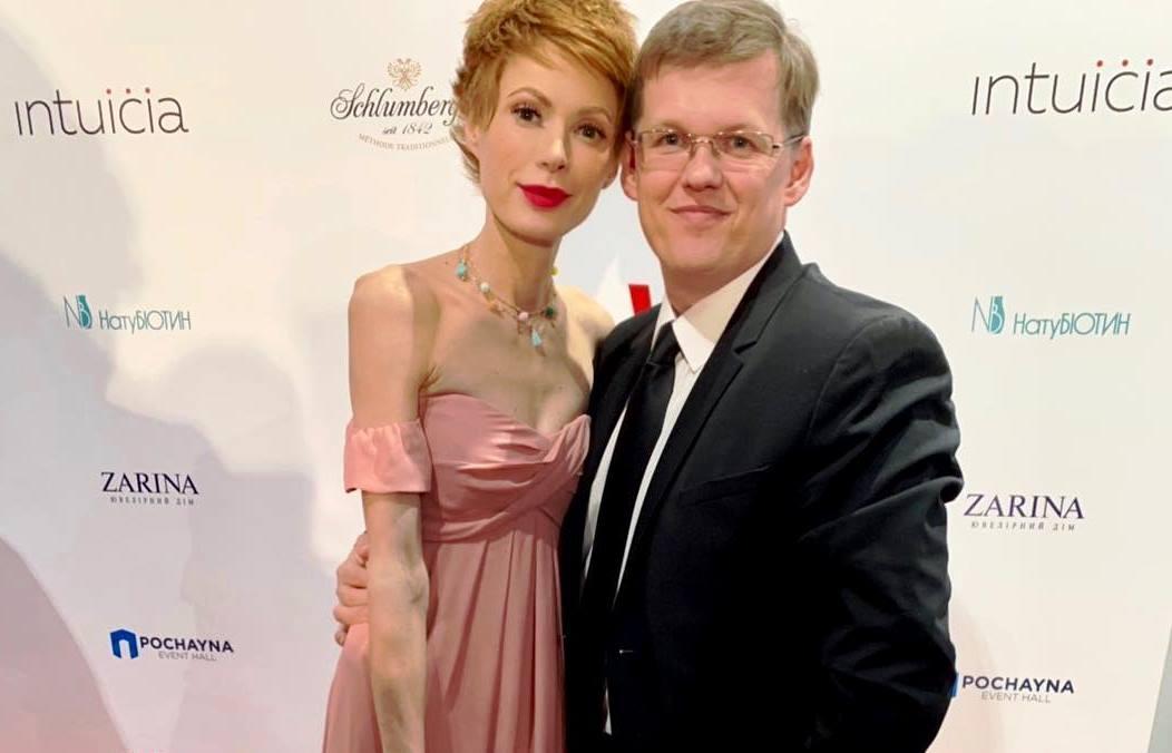 «Изменяет любимому?»: Невесту Розенко поймали в компании горячего красавца. Счастлива!