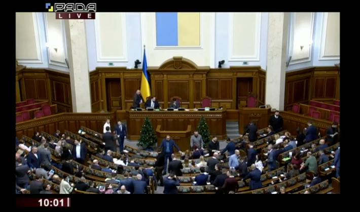 «Под стенами парламента снова митинги»: В Раде депутаты заблокировали трибуну. Чего ждать дальше?