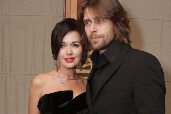 «Любовь – это…» : Муж Заворотнюк оказался на пикантном фото с другой женщиной. Оставил тяжелобольную жену?